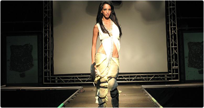 Moda desfile de modas en Museo Nacional De Bellas Artes en La Habana
